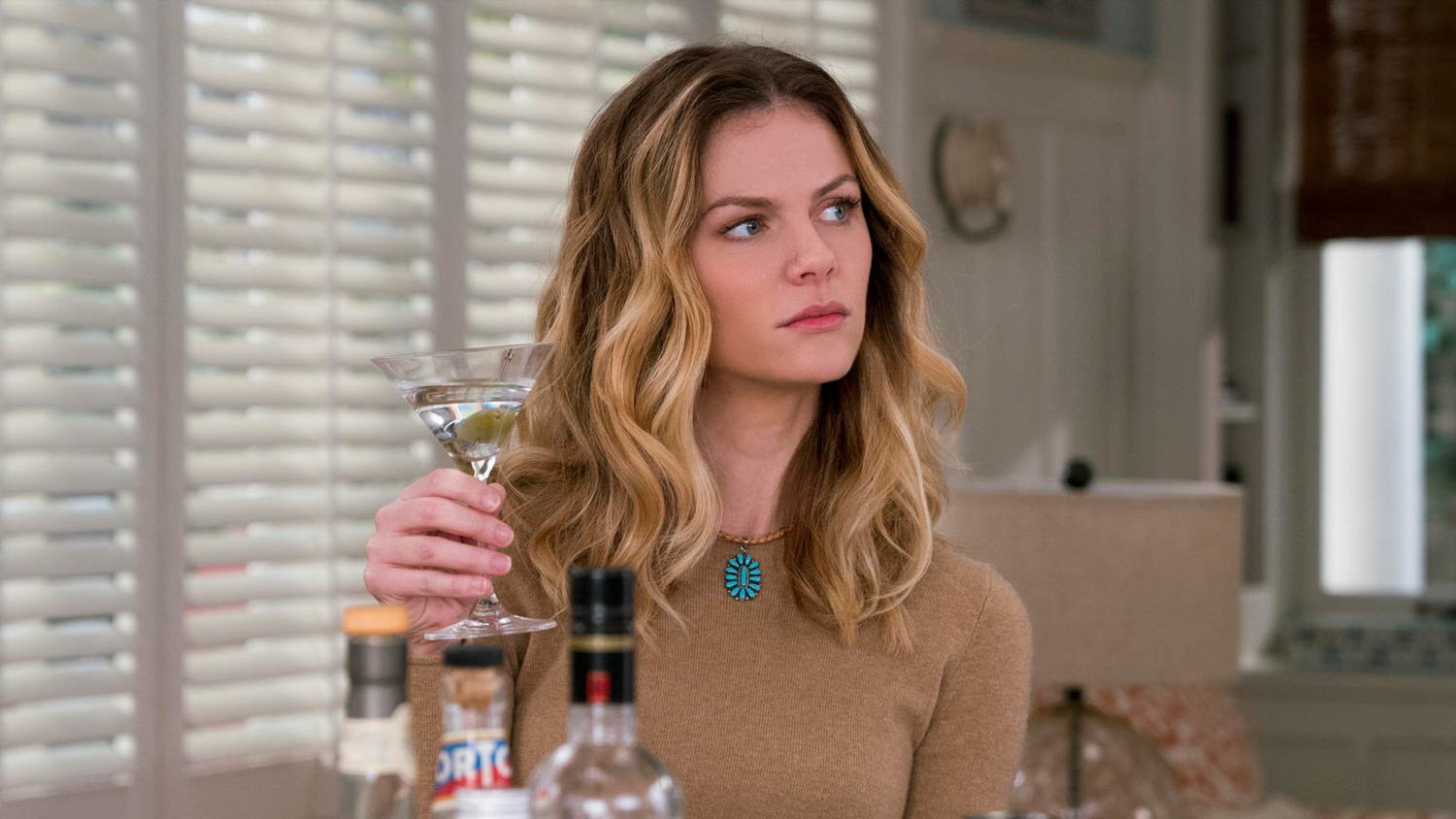 Brooklyn Decker Gains Her Acting Chops with the Netflix Hit, Grace and Frankie - OC Movie Reviews - Movie Reviews, Movie News, Documentary Reviews, Short Films, Short Film Reviews, Trailers, Movie Trailers, Interviews, film reviews, film news, hollywood, indie films, documentaries